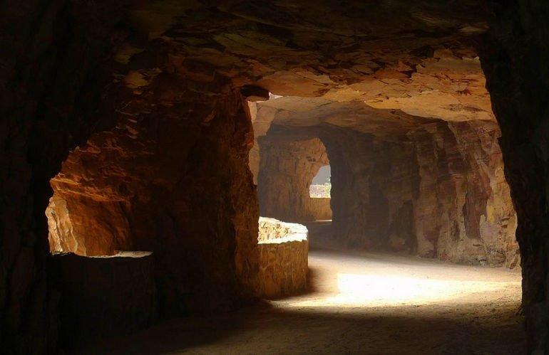 """Т.к. возможности провести в тоннель элетричества не было и нет, были прорублены специальные """"окна"""" освещающие дорогу интересное, красота, тоннели, удивительное, факты"""