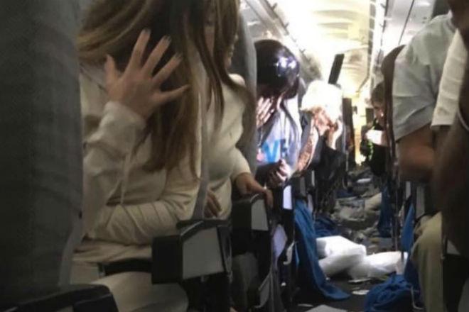 Внутри самолета после турбулентности
