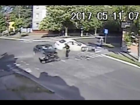 Мистический перекрёсток: иномарки столкнулись, чудом не задев пешехода