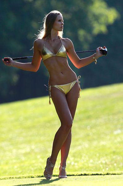 Красивые и фигуристые девушки тоже любят играть в гольф
