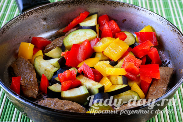 выложить баклажаны и болгарский перец