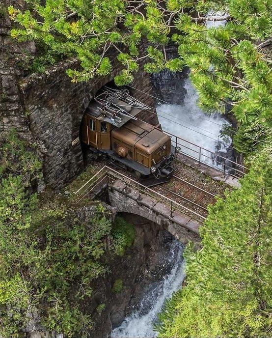 Железнодорожное полотно в Швейцарии интересное, красота, тоннели, удивительное, факты