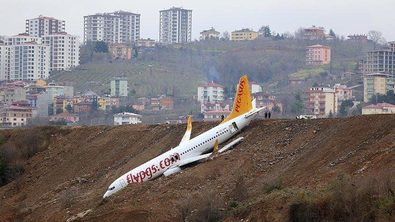 Появилось видео из салона сорвавшегося со взлетно-посадочной полосы самолета