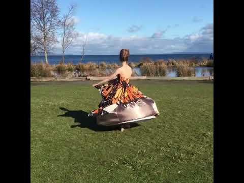 Девушка сшила платье, которое -превращается- в более откровенное во время танца