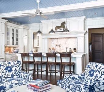 Используйте для декора потолка деревянные планки или панели