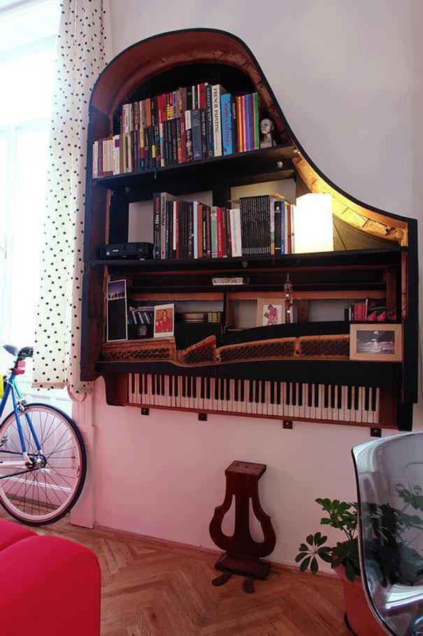 Старое пианино, превращенное в книжную полку. Вот уж подарок так подарок для музыканта, не так ли