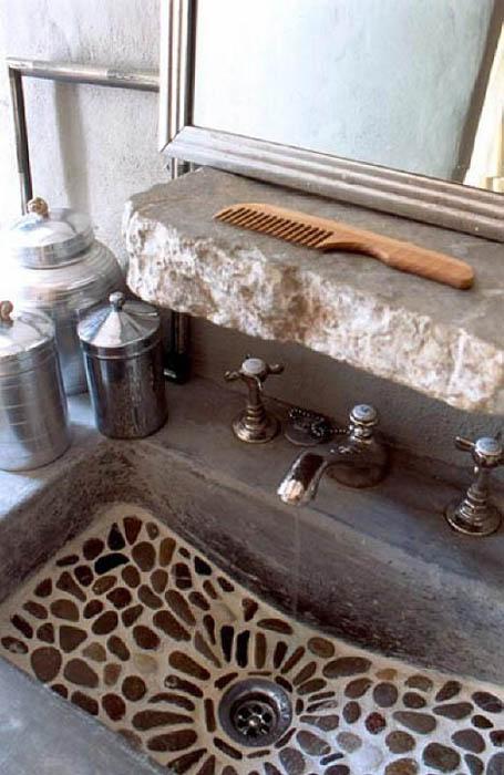 Умывальник, украшенный каменными вставками.