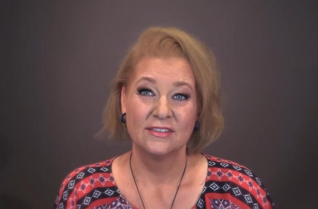 Стилист превратил обычную женщину с редкими волосами в настоящую красотку