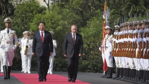 США принуждают Китай к военн…