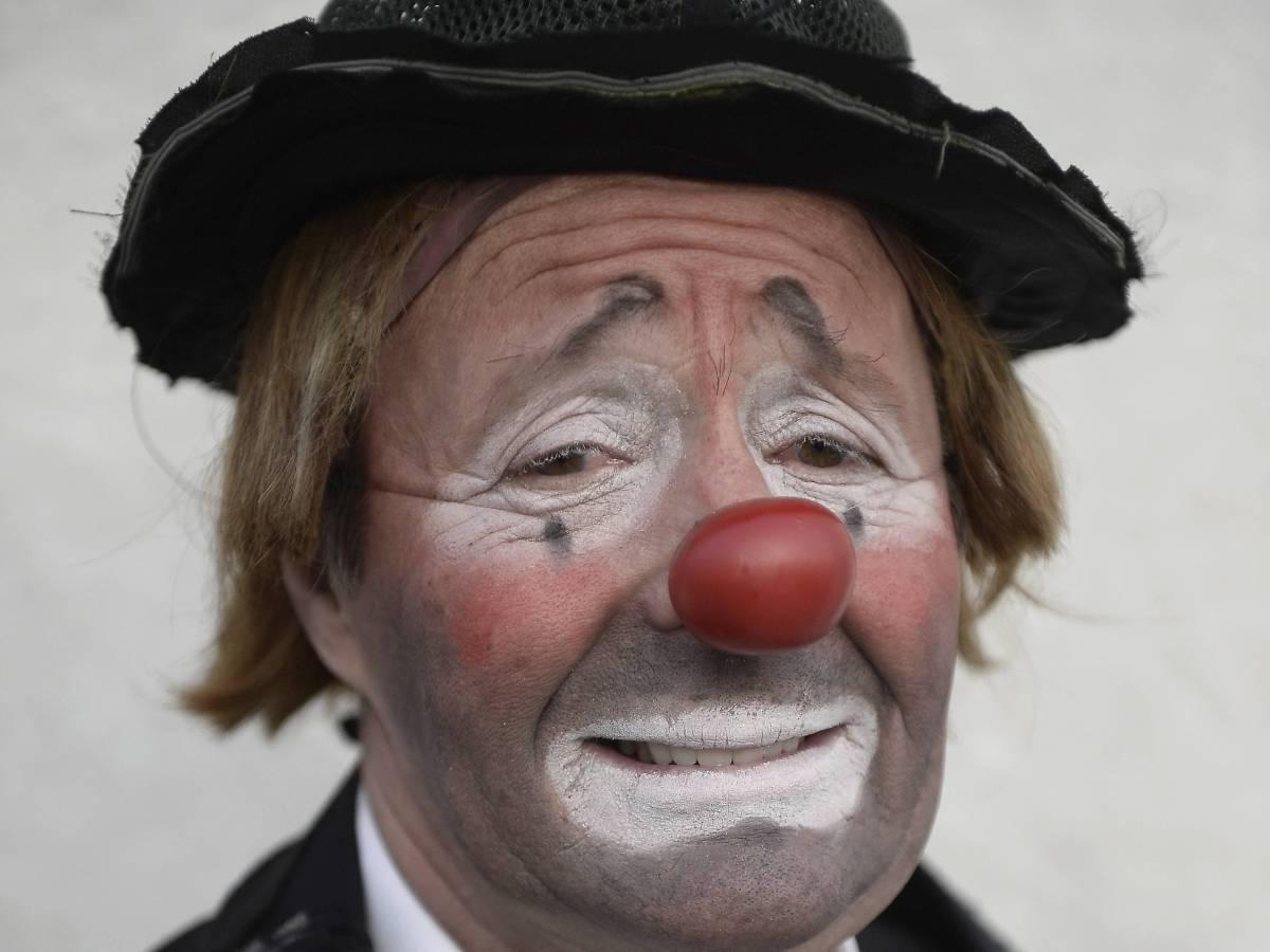 От клоунов до стриптизёрш: самые странные погребальные обряды