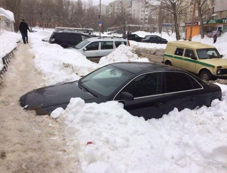 Пешеходная дорожка в Саратове, протоптанная по капоту автомобиля