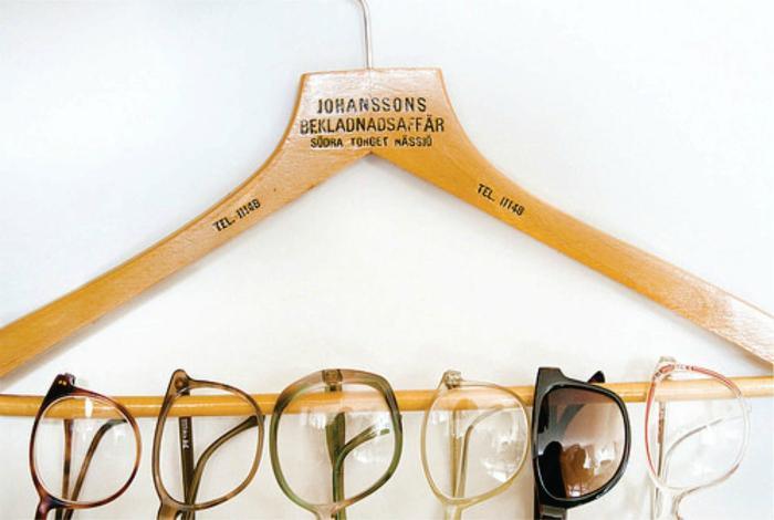 Вешайте очки на вешалку, чтобы они не царапались и не ломались.