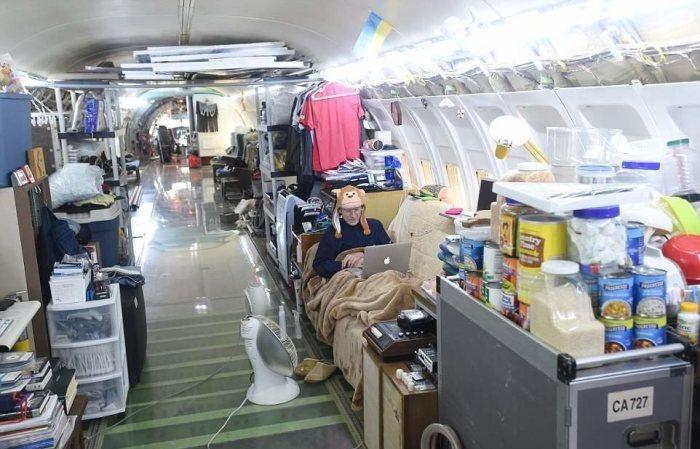 Американец 15 лет живет в самолете посреди леса
