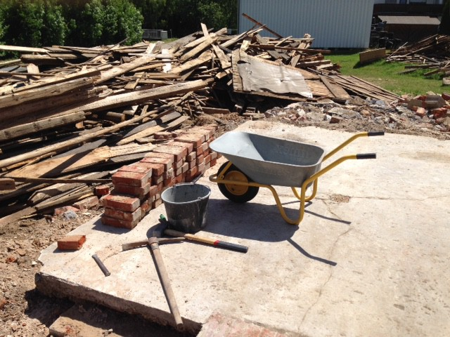неподалеку один бауер разваливал трехсотлетний сарай. фундамент был сложен из кирпичей, которые он мне подарил если я их сам разберу и вывезу. печь, своими руками