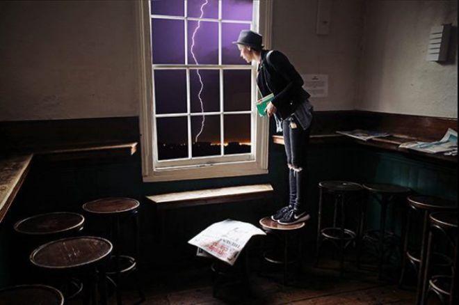 Девушка на табурете у окна