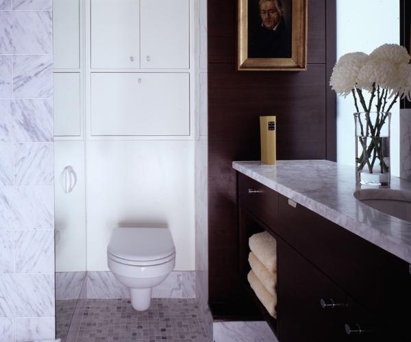 Встроенный сантехнический шкаф в туалет