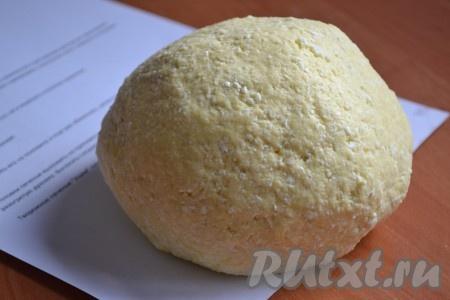 В одной емкости смешать творог, сахар, ванилин, растопленное (не горячее) сливочное масло и яйцо. Массу очень хорошо растолочь при помощи вилки. Частями всыпать муку и замесить тесто. Завернуть тесто в пищевую пленку и поместить в холодильник на 30 минут.