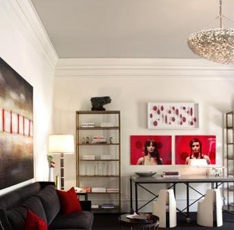 Покрасьте верхний уровень потолка в цвет отличный от стен.