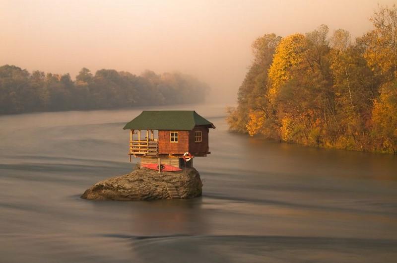 16. Домик на середине реки Дрина. Сербия.