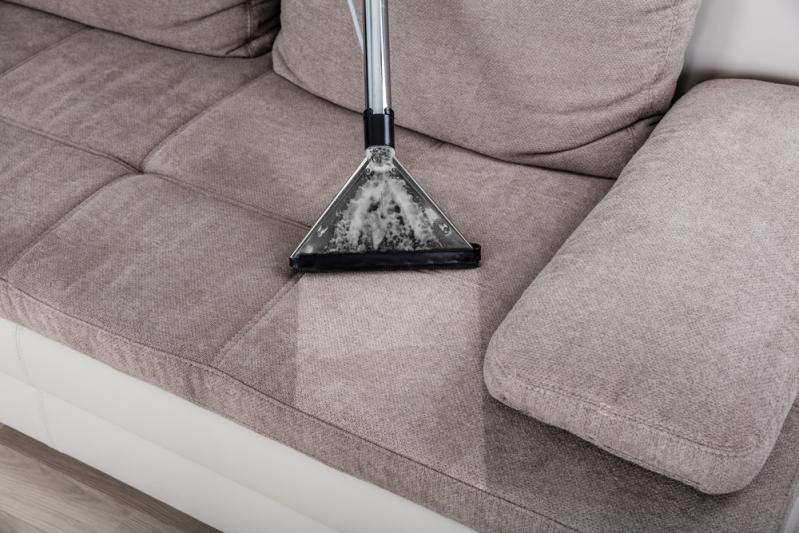 Способ, который поможет удалить любое пятно с ваших кресел и диванов