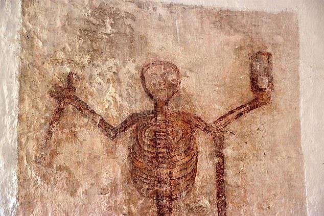 6. Таинственный настенный рисунок - Церковь святого Патрисио, Уэльс артефакты, великобритания, мумии, путешественнику на заметку, реликвии, скелеты, старинные, церковь