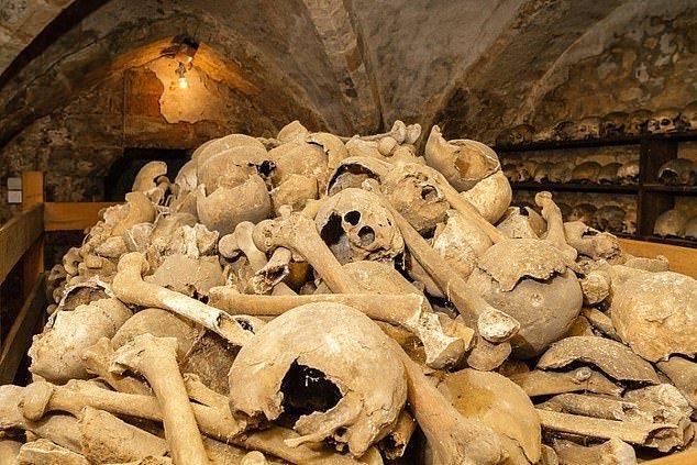 2. Тысячи древних человеческих костей - Часовня Ротуэлл Чарнел, Нортгемптоншир артефакты, великобритания, мумии, путешественнику на заметку, реликвии, скелеты, старинные, церковь