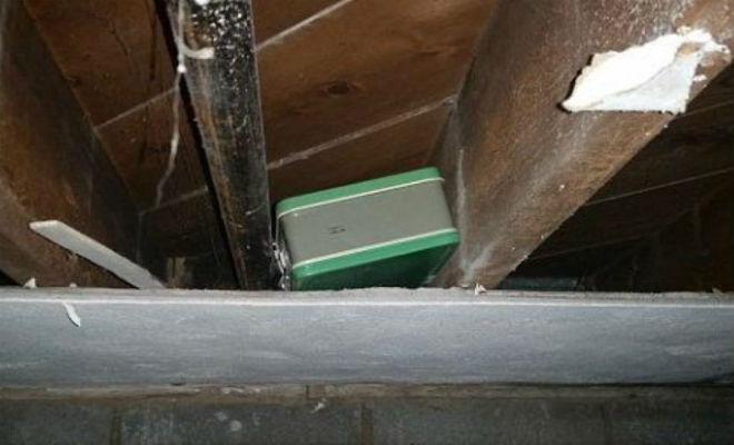 Мужчина увидел странный рисунок при ремонте дома. Стрелка привела его к спрятанному чемодану