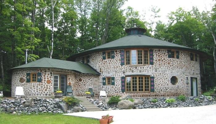 Загородный дом из глиночурки, который выглядят весьма уютно и оригинально.