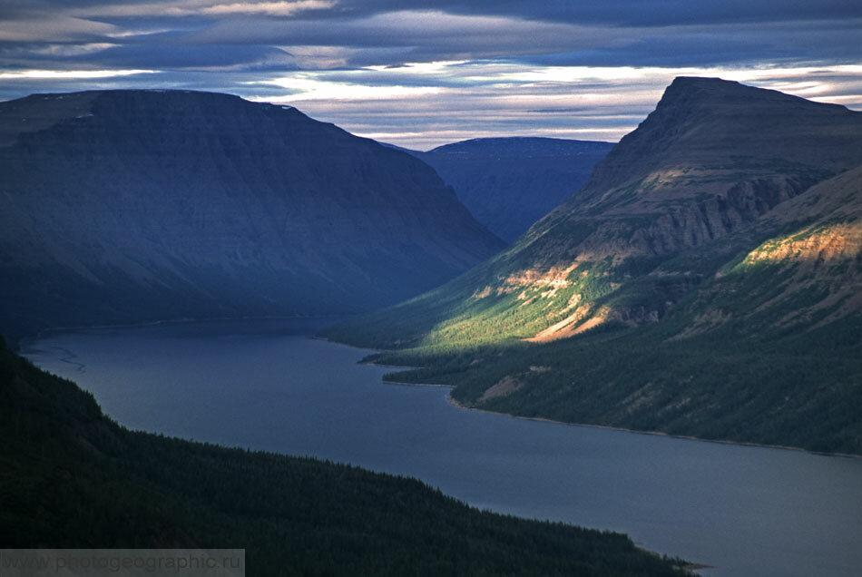 8. Северо-восточная часть озера. Дальнюю оконечность отсюда не увидеть, она прячется за горами. Снято с перевала длиннофокусным объективом.