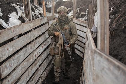 На украинских позициях после визита Зеленского вывесили флаг со свастикой