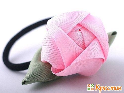 Заколка с розами из атласной ленты