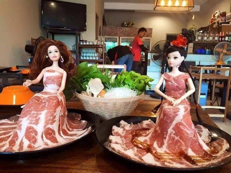17. Куклы в беконе блюдо, еда, идея, оригинальность, подача, ресторан, сервировка, странность