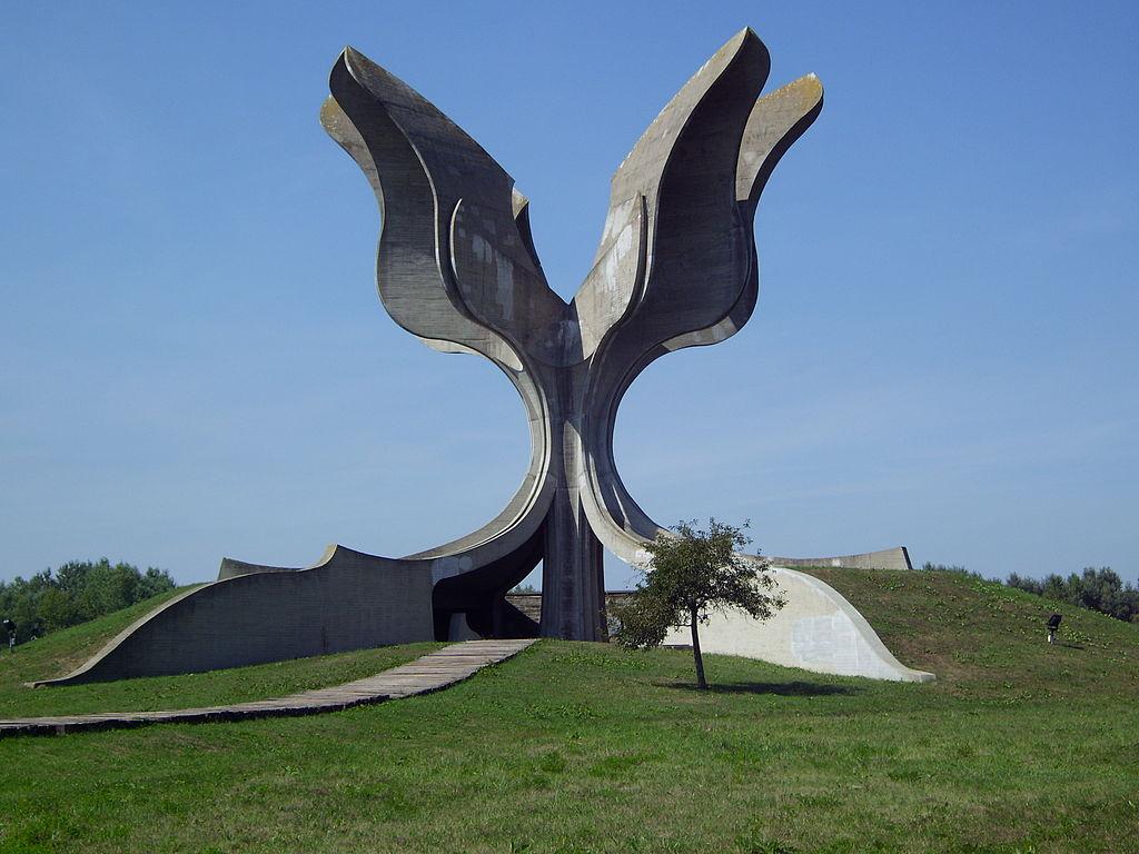 1024px-KZ-Jasenovac-Denkmal-Seitenansicht.JPG