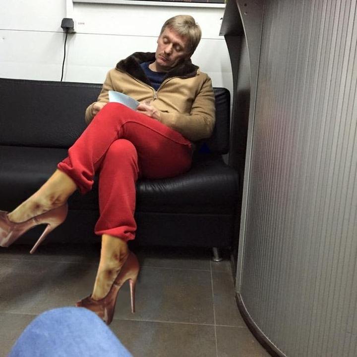 фото пескова на автомойке в красных штанах нему