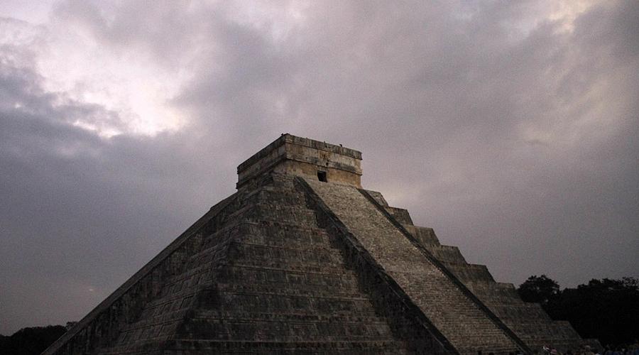 Матрешка индейцевОказалось, что вся пирамида выстроена по принципу русской матрешки. Крупнейшая из трех (она была построена между 1050 и 1300 до н.э. ) представляет собой лишь некую прелюдию к настоящей тайне. Второе строение археологи датируют 800-1000 годами до н.э. Третье, самое меньшее, построено между 550 и 800 годами до н.э. Эта тайная пирамида относится к вершине классического периода цивилизации майя.