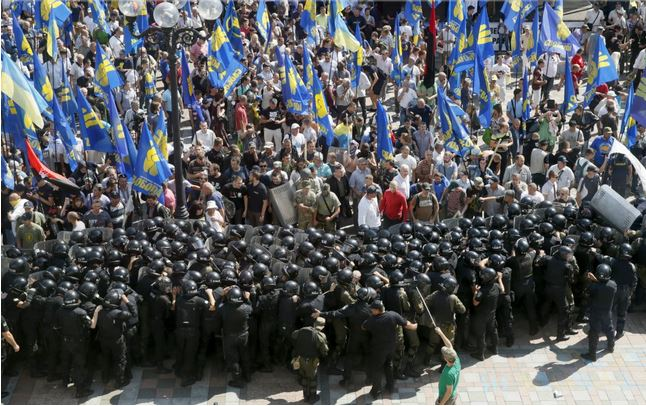 Битва за Конституцию. Почему в Киеве вновь пролилась кровь