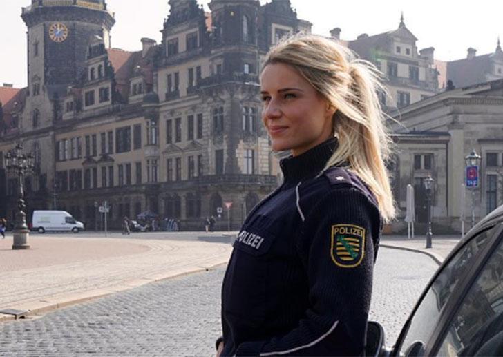 Сотрудница немецкой полиции заставила поклонников умолять об аресте