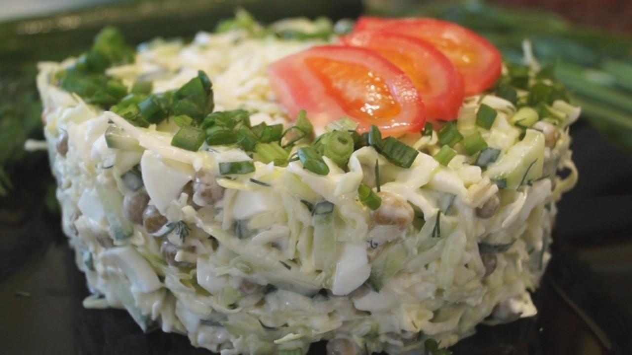 Салат с капустой, яйцом и зеленым горошком. Быстро, просто и доступно!