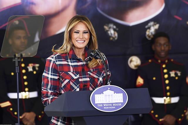 Помощница Санты: Мелания Трамп в яркой рубашке готовит подарки для детей из малоимущих семей