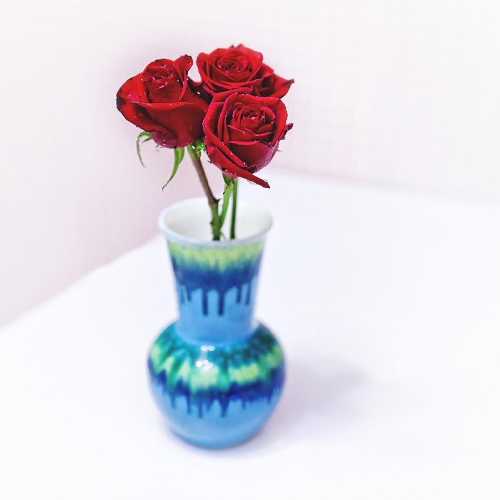 картинка три цветка в вазе паска