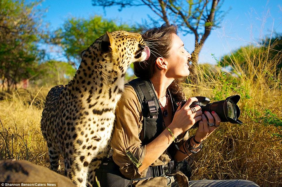 Смелая девушка-фотограф, легко находит общий язык с дикими животными