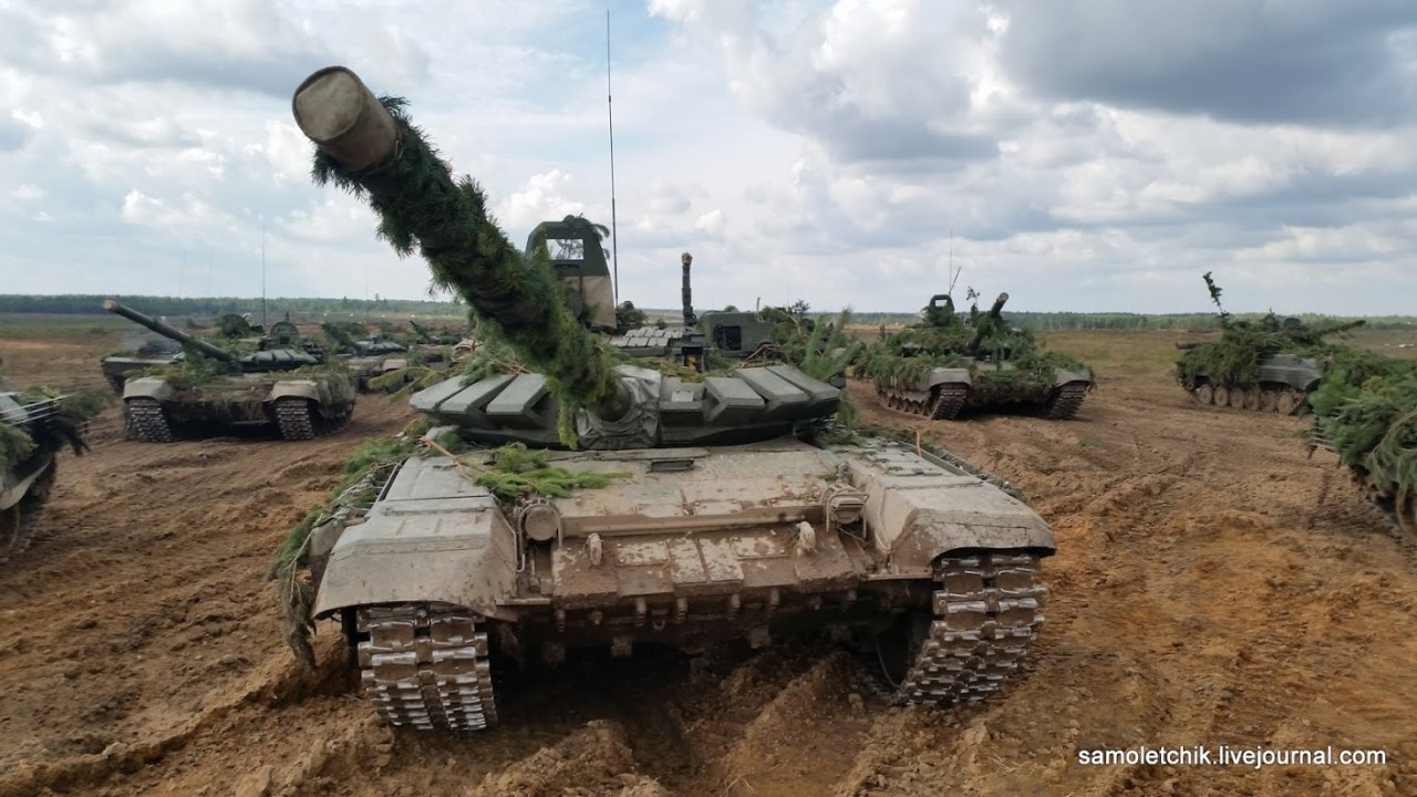 """Модернизированные танки Т-72Б3 с дополнительной защитой на учении """"Запад-2017"""""""