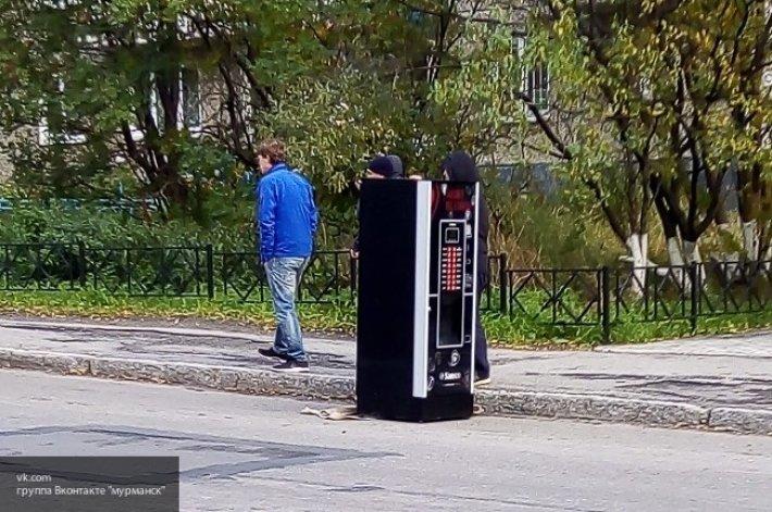 В Мурманске кто-то оставил автомат по продаже кофе прямо на дороге