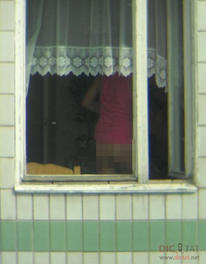 уложил меня подсматривает в окна смотреть онлайн конце
