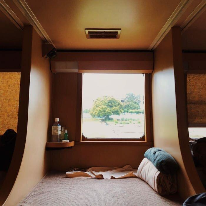 Спальные места выглядят довольно уютно в мире, комфорт, поезд, ретро, япония