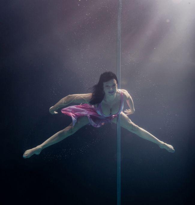 Танцующая на шесте стриптиз