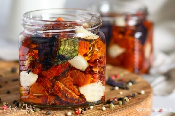 Залить растительным маслом, удалить пузырьки воздуха. Можно хранить в холодильнике до 6 месяцев.