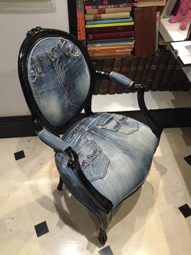 Джинсовое кресло с резьбой по  дереву