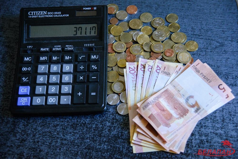 Средняя зарплата в Беларуси упала на 136 рублей