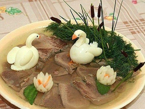 Идея для украшения блюд. Лебедь из вареного яйца